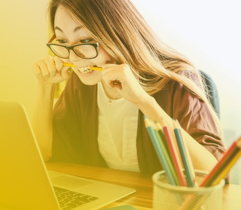 Vrouw die hard studeert
